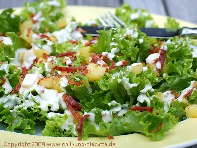 Grüner Salat mit Äpfeln, Speck und Camembert-Dressing