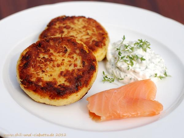 Sauerkraut-Frikadellen mit Schnittlauch-Dipp und Räucherlachs