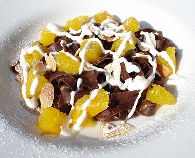 Schokoladen-Tagliatelle mit marinierten Orangen