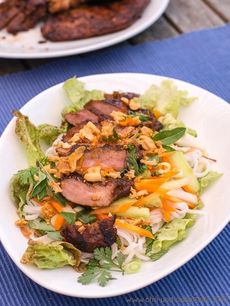 Vietnamesischer Reisnudelsalat mit Zitronengras- Schwein à la Bun Bo