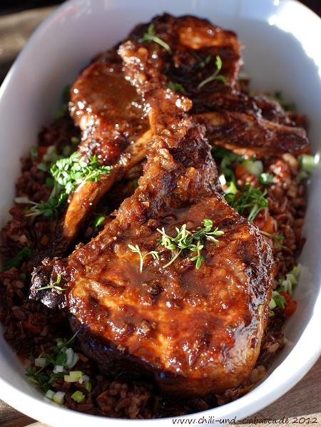 Schweinekotelett in Ahornsirup auf sehr rotem Reis