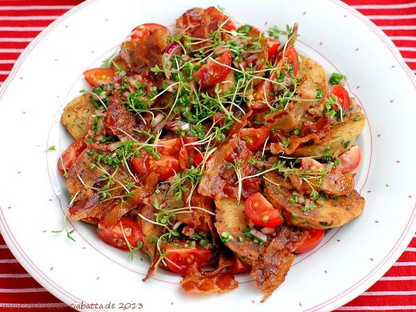Semmelknödelsalat mit Tomaten und Speck