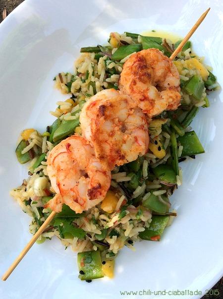 Pikante Shrimps auf fruchtigem Reis-Zuckererbsen-Salat