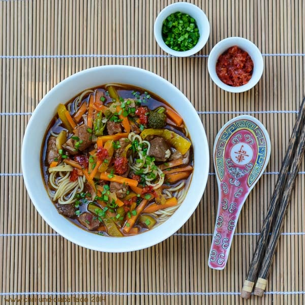 Sichuan-Nudelsuppe mit Schweineschulter und Gemüse