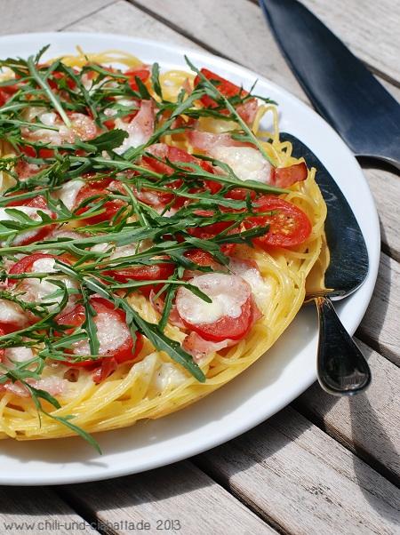 Spaghettipizza mit Tomaten und Rucola