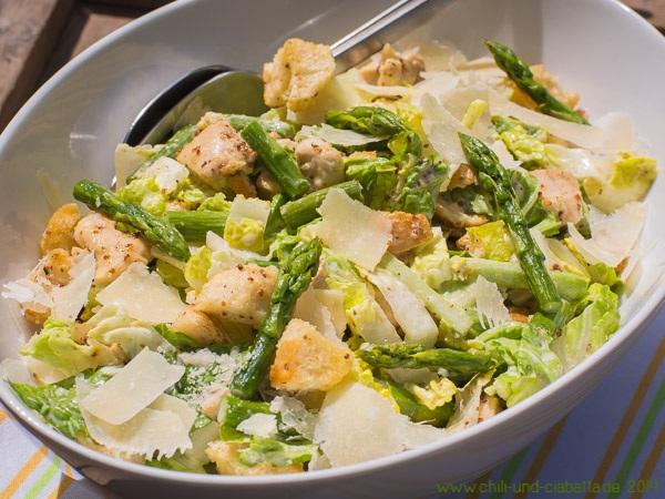 Caesar Salat mit Hähnchenbrust und grünem Spargel