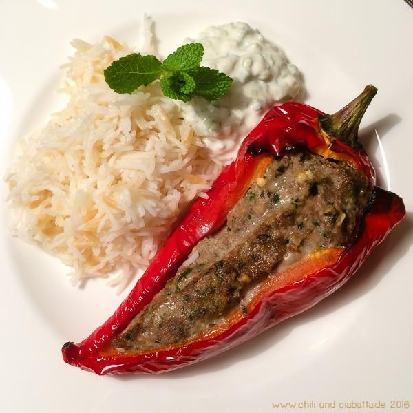 Gefüllte Spitzpaprika, türkischer Reis und Gurken-Minz-Joghurt
