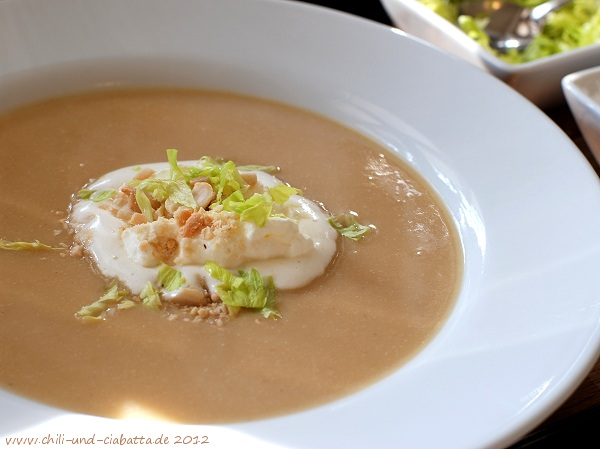 Erdnuss-Suppe mit Sellerie und Honigsahne