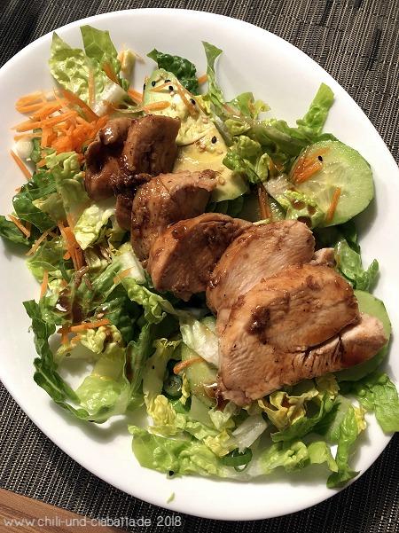 Teriyaki Hähnchen Salat auf dem Teller