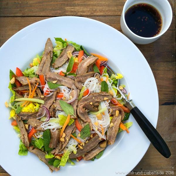Salat mit Reisnudeln, Steak und Thaidressing
