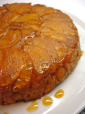 Umgedrehter Karamell-Apfelkuchen