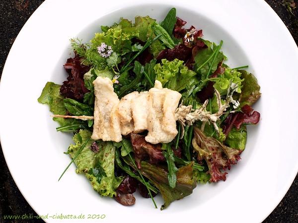 Rosmarin-Zander-Spieß auf Gartensalaten