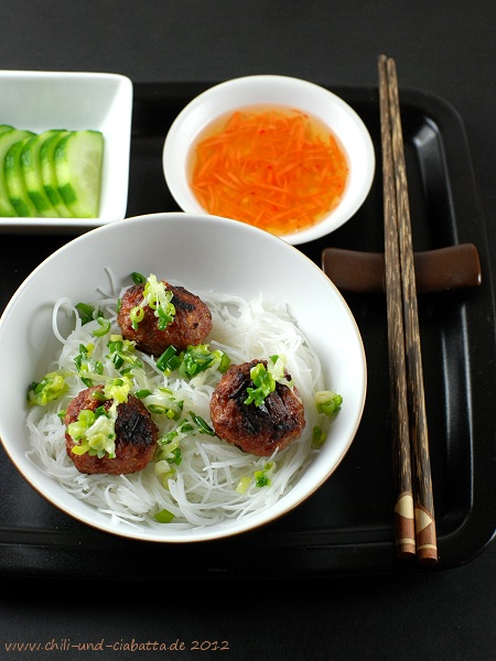 Asia-Hackbllchen mit Reis-Vermicelli und Dippsauce