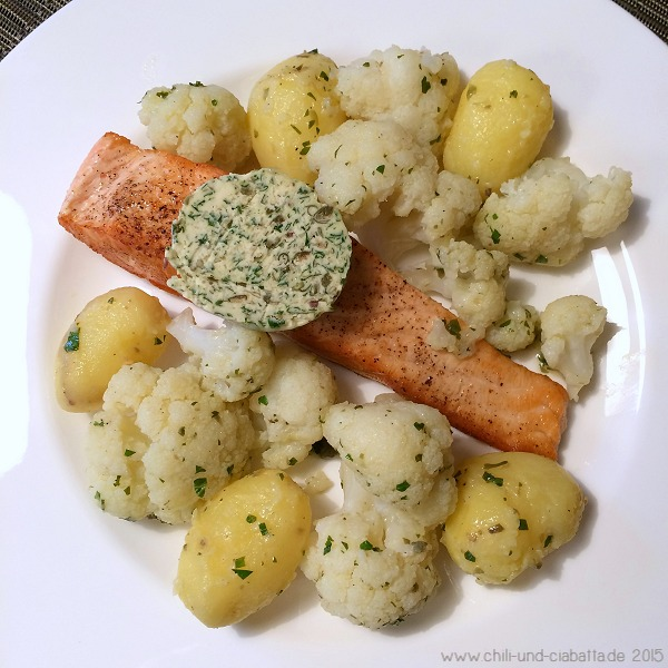 Lachs, gedämpfter Blumenkohl, Kartoffelchen mit Sardellen-Kapern-Butter