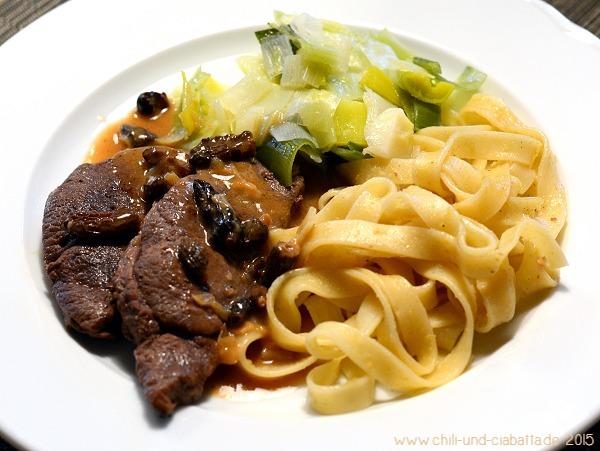 Rehschnitzel mit Morchelsauce, Lauch und Chili-Ingwer-Bandnudeln