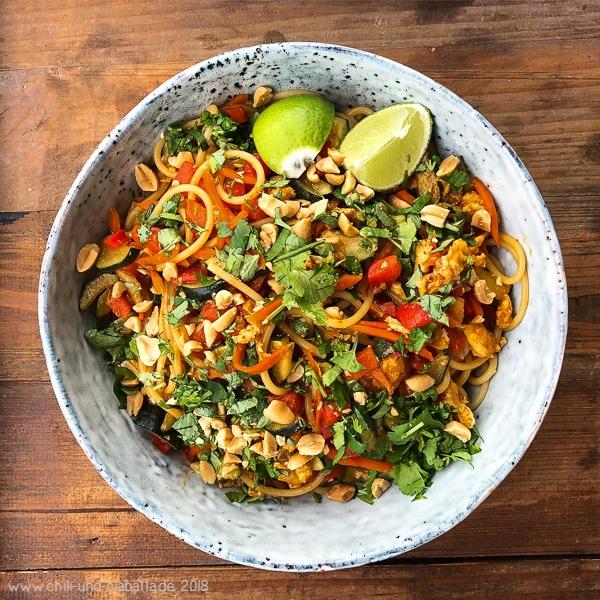 Asia-Spaghetti mit Rührei, buntem Gemüse und Erdnüssen