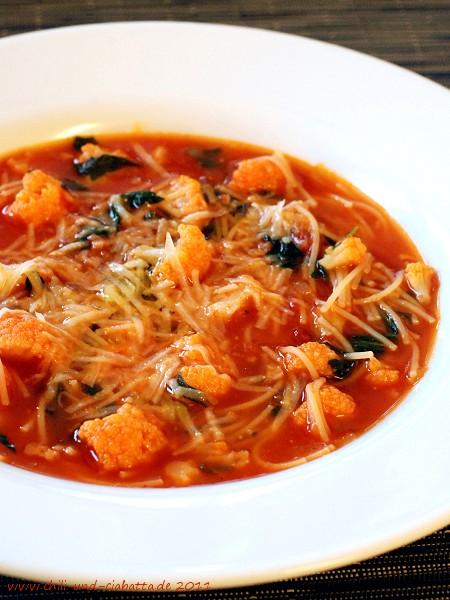 Blumenkohl-Tomatensuppe mit Rucola und Nudeln