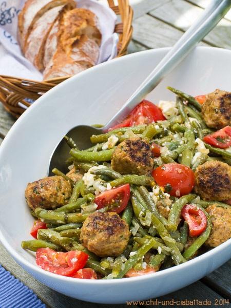 Bohnensalat mit Hackbällchen und Feta