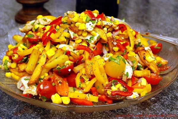 Bratkartoffelsalat mit Paprika, Röstmais und Tomaten