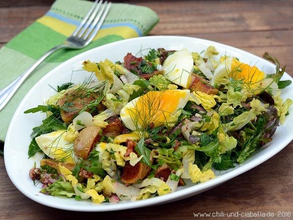 Bratkartoffelsalat mit Speck-Senf-Dressing und wachsweichem Ei