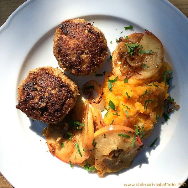 Fleischküchle mit Butternut-Kartoffelpüree und Apfel-Röstzwiebeln