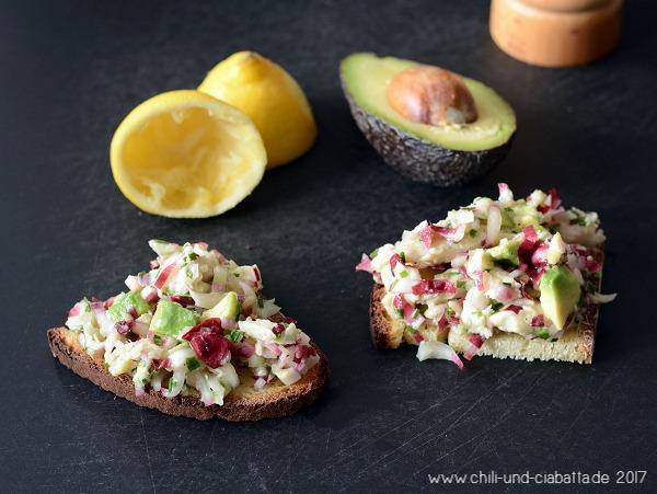 Chicoreesalat mit Räucherforelle und Avocado auf Röstbrot
