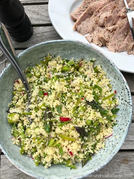 Couscous-Salat mit grünem Spargel und Zuckererbsen