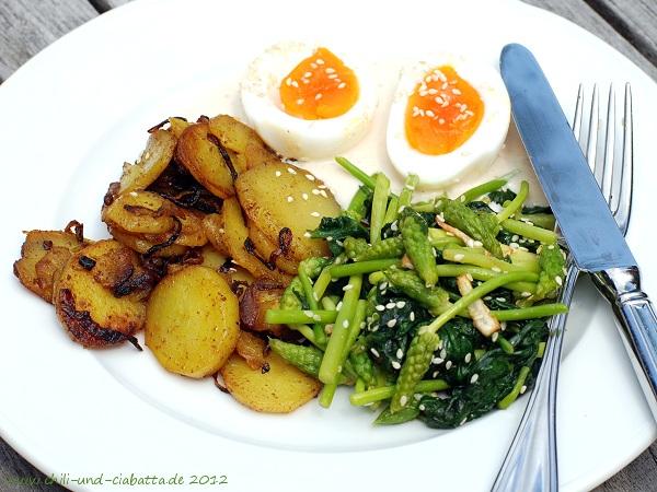 Currykartoffeln mit Wildspargel-Spinat-Gemüse und Ei