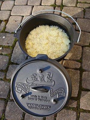 eingeschichtetes Kartoffelgratin im Dutch Oven