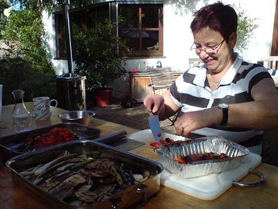 Petra beim Grillsalat schnippeln