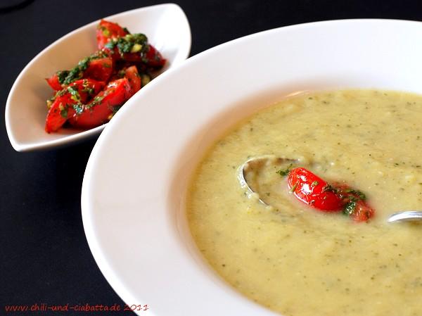 Fenchel-Zucchini-Suppe mit warmen Tomaten