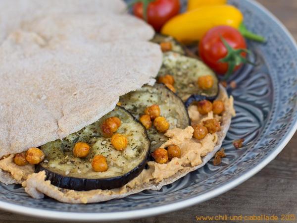 Fladenbrot mit pikantem Hummus, Auberginen und frittierten Kichererbsen