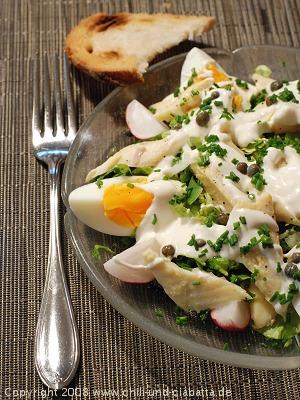 Bunter Salat mit pochierter Forelle