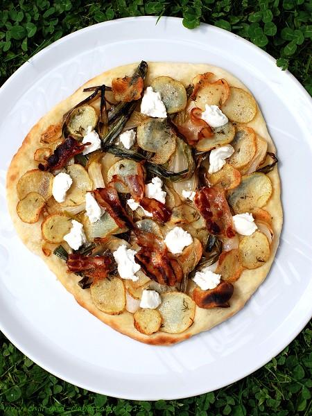 Pizza mit Frühlingszwiebeln, Kartoffeln und Ziegenfrischkäse