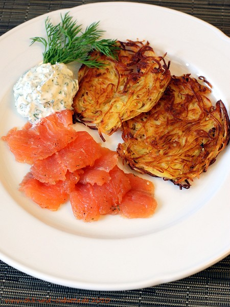 Gebeizter Saibling mit Kartoffelpuffern und Limetten-Dill-Schmand