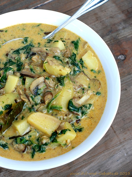Gelbes Thai-Curry mit Pilzen, Kartoffeln und Spinat