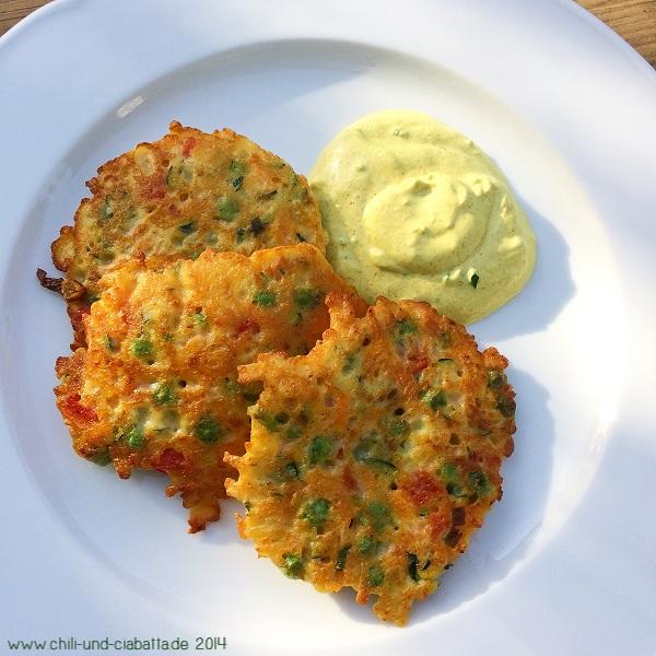 Gemüseküchlein mit Curry-Sauerrahm-Dip