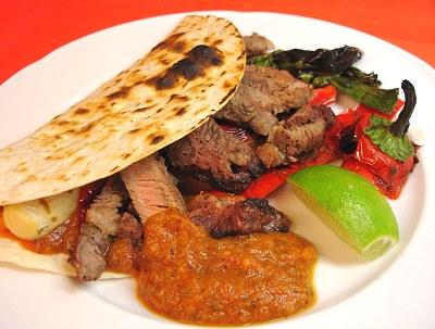 Tortillas mit gegrilltem Ribeye Steak, Gemüse und El Paso Picante Sauce