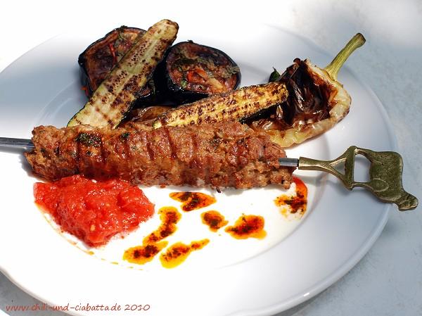 Hackfleischspieße vom Grill mit Tomatensauce, Joghurt und Gemüse