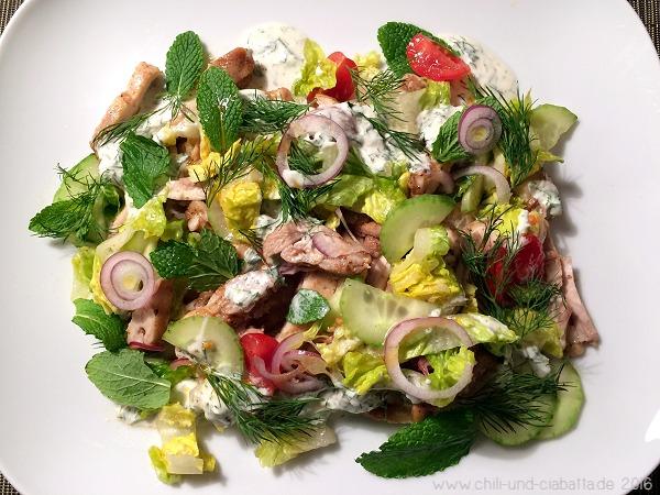 Shawarma-gewürzte Hähnchen-Pita mit Salat und Joghurt-Tahini-Sauce