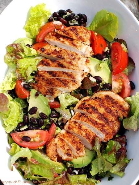Salat mit Hähnchen, Avocado und Schwarze-Bohnen-Salsa