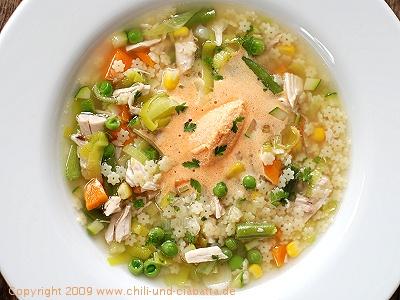 Hühner-Nudelsuppe mit Gemüse und Tomatenmousse