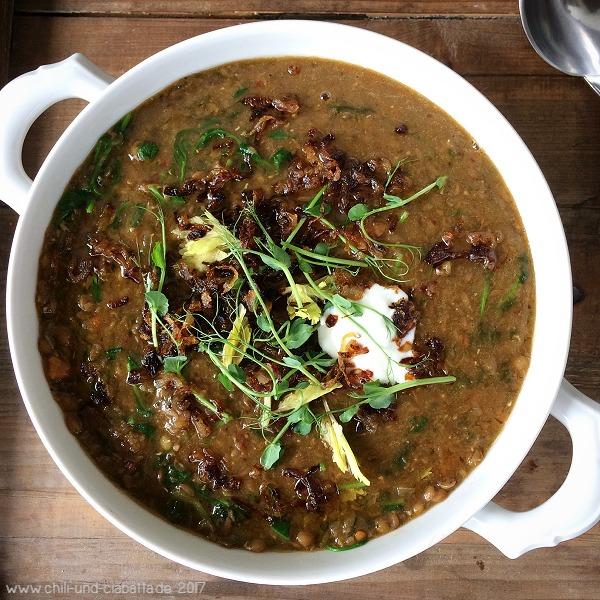Scharfe indische Linsen-Gemüse-Suppe mit Erbsensprossen