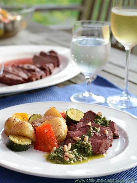 Kalbsherz vom Grill mit Salsa verde und mediterranem Ofengemüsesalat