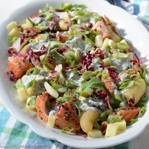 Lauwarmer bunter Kartoffelsalat mit Stremellachs und Sauerrahm-Dill-Dressing