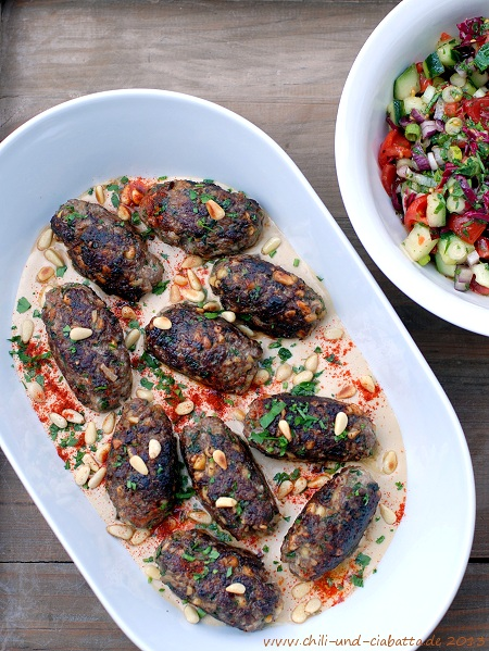 Lammköfte mit Tahinisauce und Gemüse-Salat
