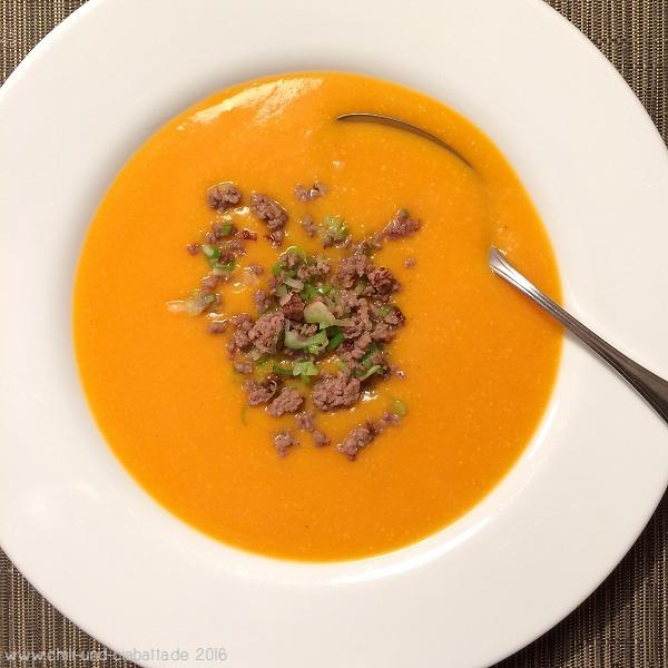 Kürbis-Kartoffel-Suppe mit Hack-Lauchzwiebel-Topping