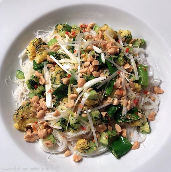 Kurkuma-Fisch mit Gurken und Dill auf Reisnudeln