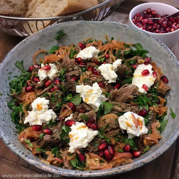 Langsam gegarte Lammschulter mit Labneh, Walnüssen und Granatapfelkernen