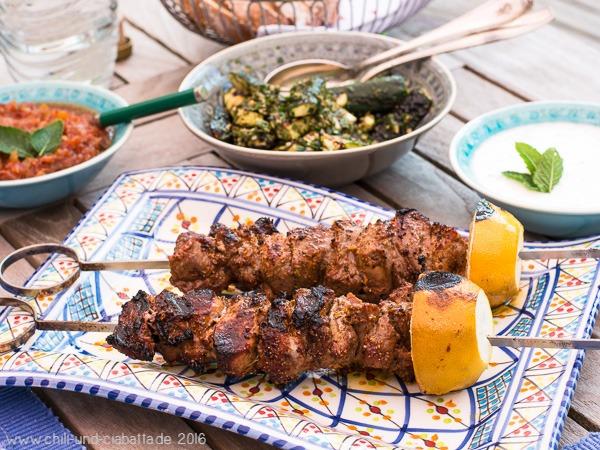 Lammspieß vom Grill mit Salat von gegrillten Zucchini